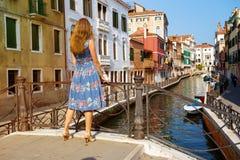 Flicka på Venedig italy arkivfoto