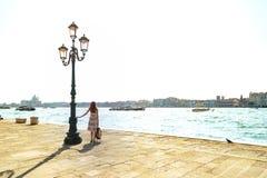 Flicka på Venedig italy Arkivbilder