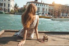 Flicka på Venedig italy arkivbild