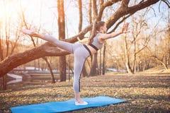 Flicka på yoga som är matt i parkera Royaltyfria Bilder