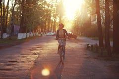 Flicka på en cykel i rörelse Arkivfoto