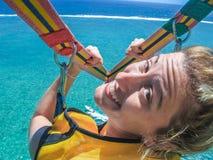 Flicka på parasailing Arkivfoton