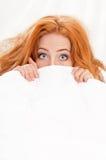 Flicka på säng Royaltyfri Bild