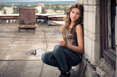 Flicka på taklägga Arkivfoto