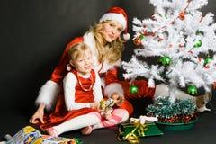 flicka små leka santa Arkivbilder