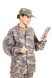 Flicka-soldat i den militära likformign Arkivfoton