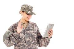 Flicka-soldat i den militära likformign Royaltyfri Fotografi