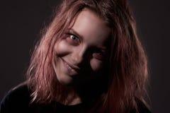 Flicka som är besatt vid en demon arkivfoto