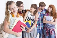 Flicka som är förberedd för grupper arkivbilder