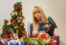 Flicka som är olycklig över den fel julgåvan Arkivbilder