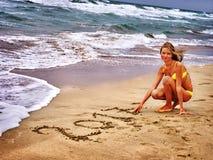 Flicka som är skriftlig i sand 2017 tvåtusen och sjuttonde år Royaltyfri Foto