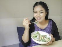 Flicka som äter Caesar sallad Arkivfoton
