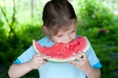 Flicka som äter den nya vattenmelon Arkivfoto