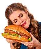 Flicka som äter den stora smörgåsen isolerat fotografering för bildbyråer