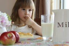 Flicka som äter efterrätten arkivbild