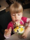 Flicka som äter glass Royaltyfri Bild
