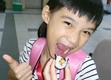 Flicka som äter lyckligt sushi Fotografering för Bildbyråer