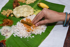 Flicka som äter Onam Sadhya med handformen Kerala Indien arkivfoto