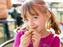 Flicka som äter pivkle Royaltyfri Fotografi