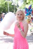 Flicka som äter sockervadden Royaltyfria Foton