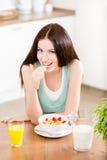 Flicka som äter sunda sädesslag och jordgubben royaltyfri bild