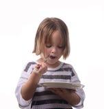 Flicka som äter tårtan Arkivbild