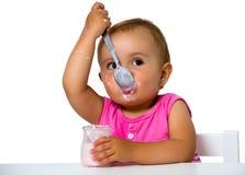 Flicka som äter yoghurt Royaltyfri Bild