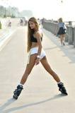 Flicka som åker rullskridskor i gatan Royaltyfria Bilder
