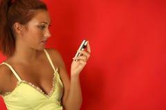 flicka som överför sexiga sms Royaltyfria Foton