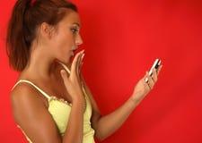 flicka som överför sexiga sms Royaltyfri Foto