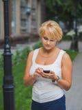 flicka som överför sms royaltyfri bild
