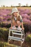 Flicka som överst sitter trappstegen utomhus Fotografering för Bildbyråer
