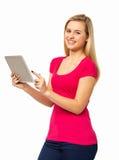 Flicka som använder den Digital minnestavlan över vit bakgrund Arkivfoton
