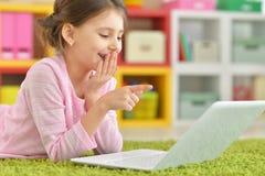 flicka som använder den moderna bärbara datorn Arkivfoto