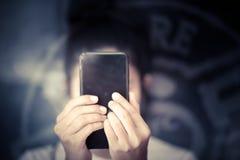 Flicka som använder den smarta telefonen i kafé Royaltyfria Bilder