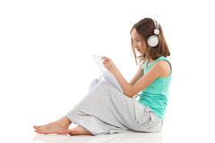 Flicka som använder en digital minnestavla Arkivfoton