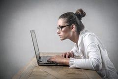 Flicka som använder en PC på arbete Arkivfoton