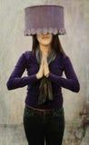 Flicka som använder hatten med textur Royaltyfri Bild