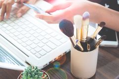 Flicka som använder kreditkort- och bärbar datordatoren för online-shopping, skönhet och online-shopping Arkivfoto