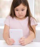 Flicka som använder minnestavlan Arkivfoton
