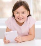 Flicka som använder minnestavlan Royaltyfria Bilder
