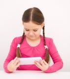 Flicka som använder minnestavlan Royaltyfri Bild