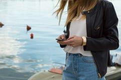 Flicka som använder mobiltelefon Arkivbild