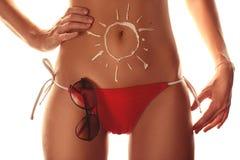 Flicka som använder sunscreen till kassaskåpet hennes sunda hud Arkivfoton