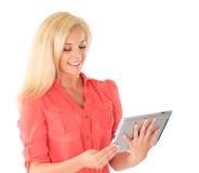 Flicka som använder tabletdatoren royaltyfria bilder