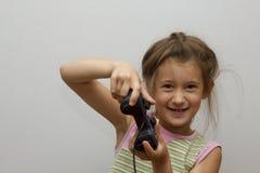 Flicka som använder videospelkontrollanten Royaltyfri Foto