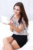 Flicka som applicerar makeup Arkivbild