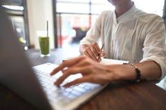 Flicka som arbetar i ett kafé Frilans- begrepp arkivfoton