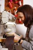 Flicka som arbetar på symaskinen Royaltyfri Bild