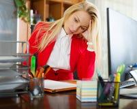 Flicka som arbetar på kontoret Arkivbild